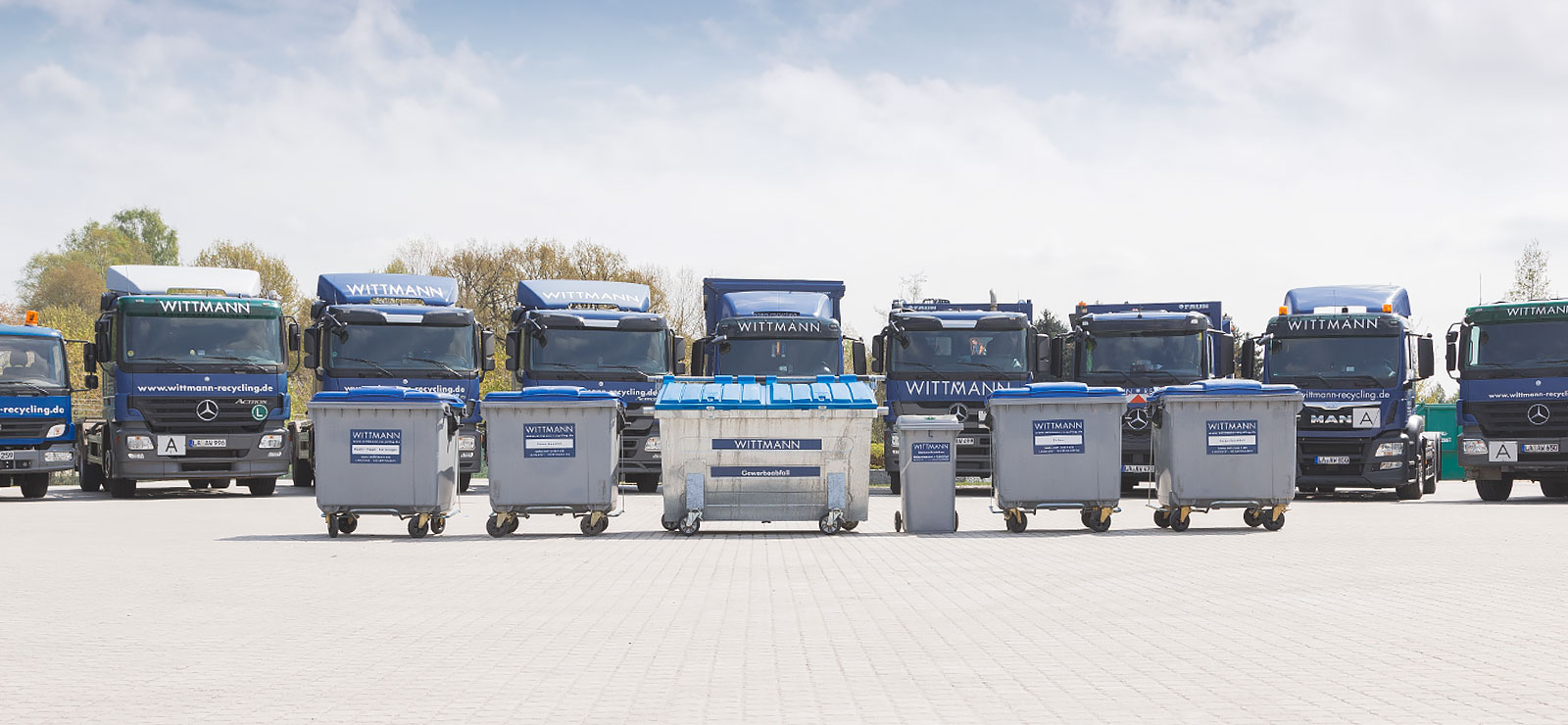 Wittmann Recycling Container und LKWs