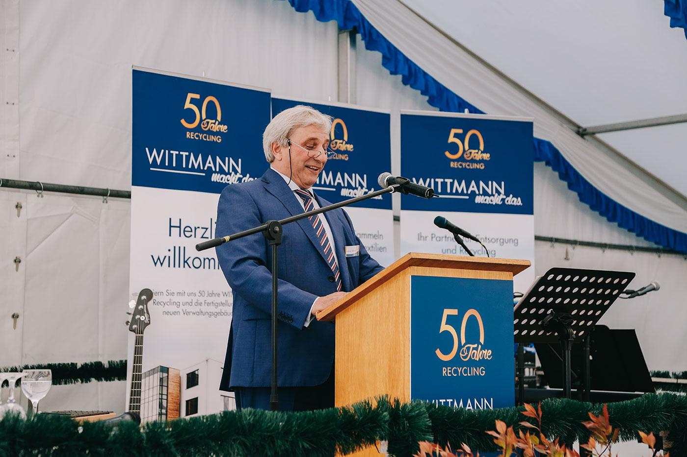 Andreas Wittmann hält eine Rede auf der Wittmann Recycling Jubiläumsfeier