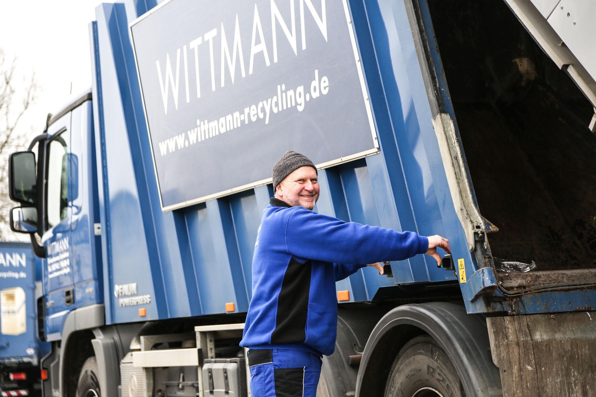 Wittmann Recycling Mitarbeiter entlädt einen LKW