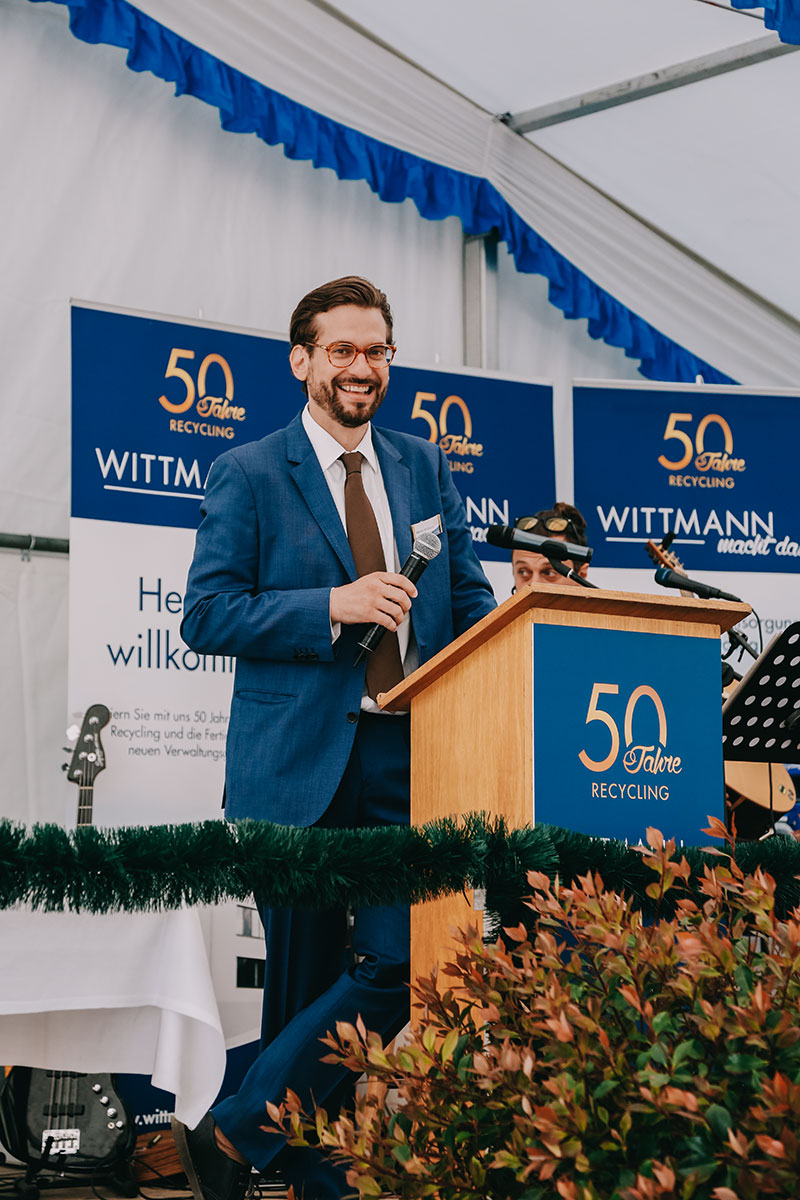 Martin Wittmann hält eine Rede auf der Wittmann Recycling Jubiläumsfeier