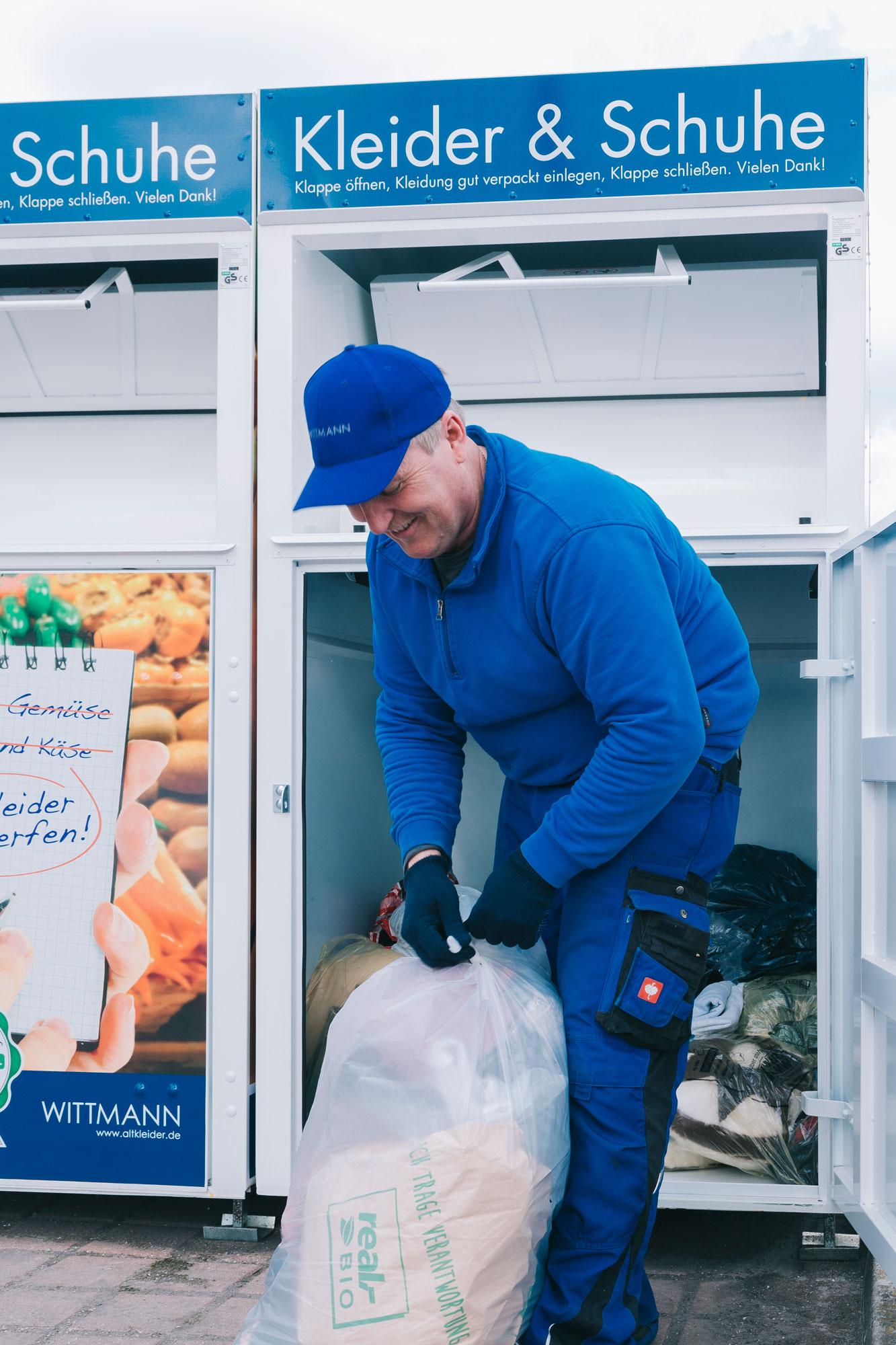 Wittmann Recycling Mitarbeiter leert einen Container aus