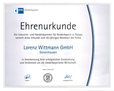 Zum 50-jährigen Jubiläum erhält Lorenz Wittmann eine Ehrenurkunde